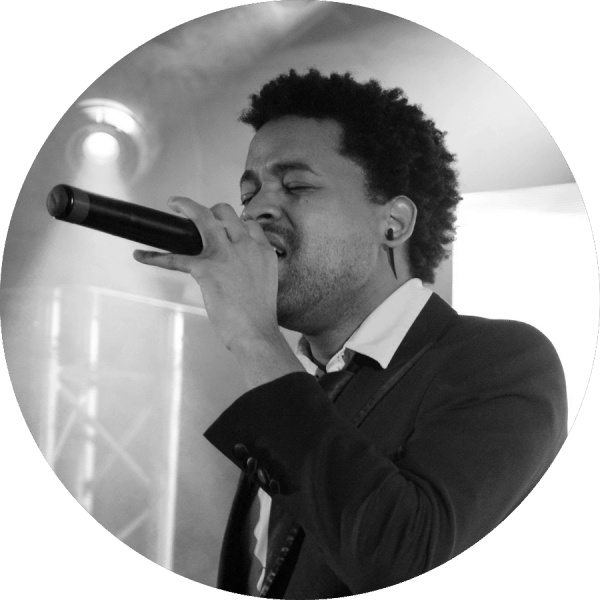 Larry est l'un des chanteurs de l'orchestre Paris Groove.  Son talent, son charisme et son dynamisme feront de votre soirée un moment inoubliable.  Il dispose aujourd'hui d'une grande expérience internationale dans les événements privés (mariages, bar-mitzvas, anniversaires) et corporate (galas, séminaires, anniversaires).