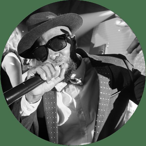 Yoskel est rappeur et chanteur au sein de l'orchestre.  A chaque passage, nous vous garantissons que le timbre de sa voix restera en mémoire de vos convives.  Présent depuis les débuts de Paris Groove, il interprétera lors de votre événement les plus grands tubes hip-hop, reggae et soul.