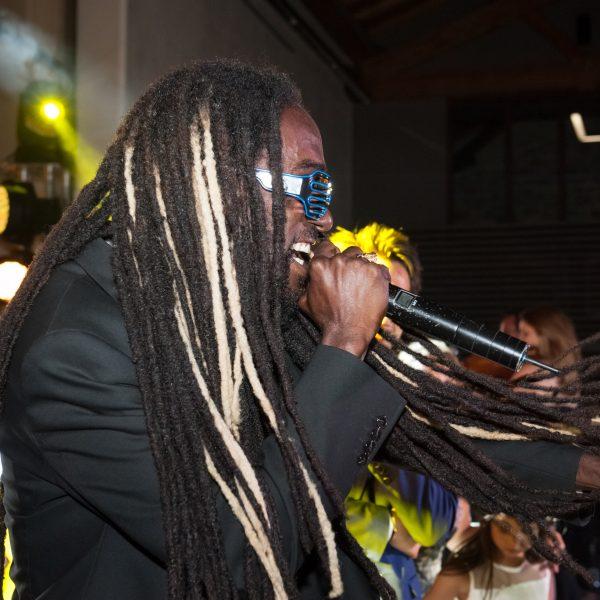 Chanteur de l'orchestre Paris Groove pour soirées privées et d'entreprises