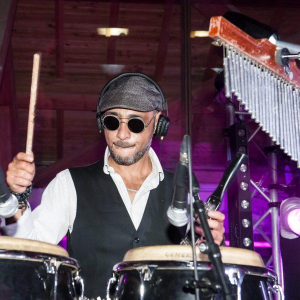 Le percussionniste de l'orchestre Paris Groove lors d'un gala