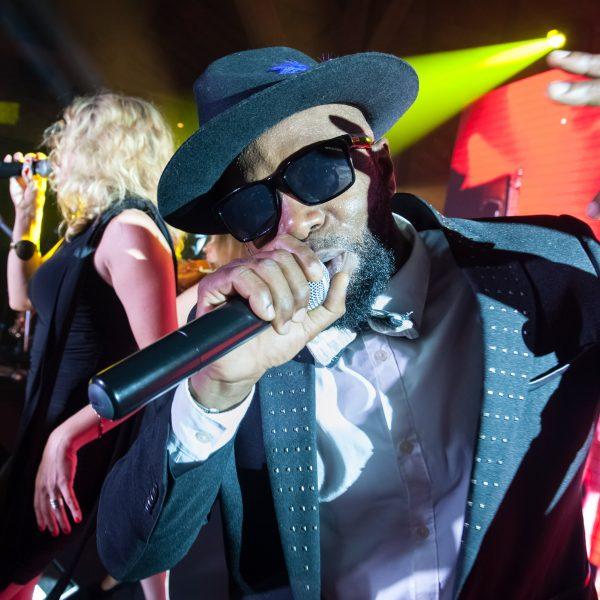 Notre chanteur Raul lors d'une soirée d'entreprise par l'orchestre et DJ Live Paris Groove