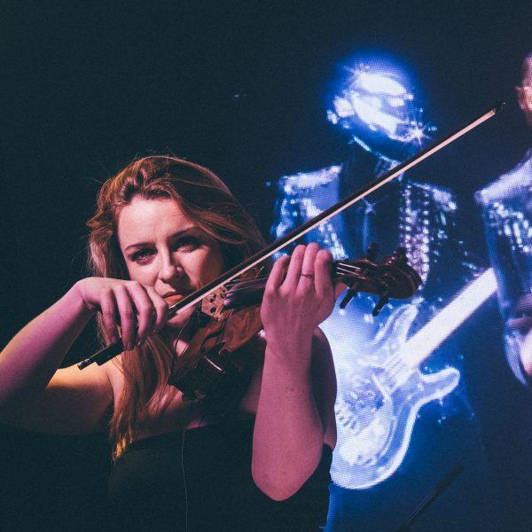 L'une de nos artistes, musiciennes, violoniste pour nos événements d'entreprise et privés, au sein de l'orchestre live Paris Groove