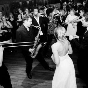 Les mariés sur la piste de danse avec l'orchestre paris groove